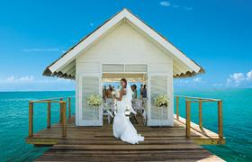 In den Sandals Resorts heiraten Gäste barfuß am Karibikstrand, unter einem Gartenpavillon oder in einer Overwater-Kapelle. Bildnachweis: Sandals Resorts International
