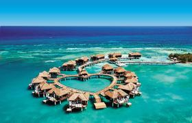 "Romantisch wohnen Paare in den herzförmig angelegten ""Over-the-Water""-Bungalows des Sandals Royal Caribbean/Jamaika. Bildnachweis: Sandals Resorts International"