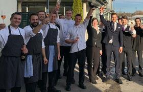 Gläser hoch fürs fünfte Jahr in Folge mit Michelin-Stern – Chefkoch Maximilian Moser (Mitte) und das Team des Gourmetrestaurant Aubergine in Starnberg. Bildnachweis: Hotel Vier Jahreszeiten Starnberg