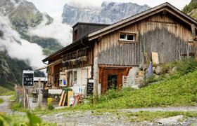 Zum Käse hier entlang – die Alp Stäfeli oberhalb von Engelberg/Zentralschweiz ist einer der acht Betriebe am neuen Alpkäse-Trail. Bildnachweis: Engelberg-Titlis Tourismus